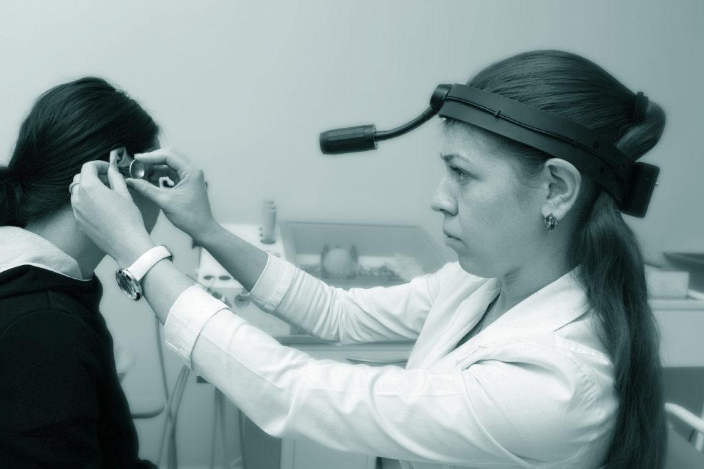 ЛОР в Лобне, опытный врач проводит осмотр